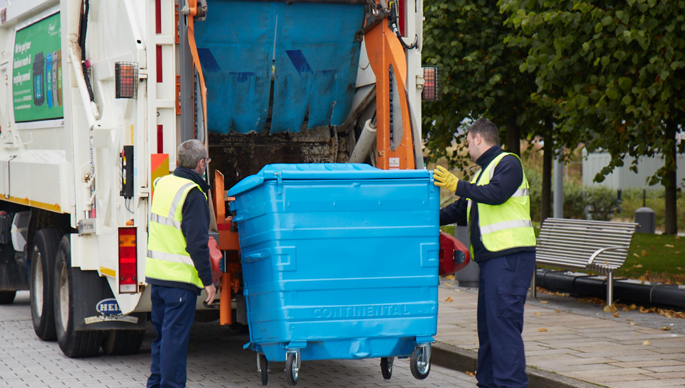 Emptying bin into lorry